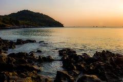 Meer vor dem Sonnenlagerhorizontmeerinsel-Si Chang Thailand Lizenzfreies Stockbild