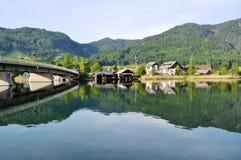 Meer Weissensee met Brug, Oostenrijk Stock Foto