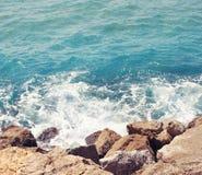 Meer, Welle mit Schaum und Felsen, abstraktes Reisefoto Stockbilder