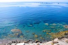 Meer-wies mit haarscharfem Wasser Stockbild