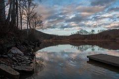 Meerbezinning bij Zonsondergang met Pijler Royalty-vrije Stock Foto's