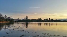 Meerbezinningen bij zonsondergang Stock Afbeeldingen