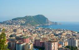Meerblick, Ansicht der Stadt und Berge mit Festungswand Stockfoto