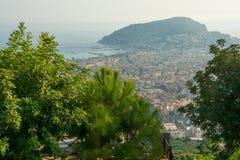 Meerblick, Ansicht der Stadt und Berge mit Festungswand in A Lizenzfreie Stockfotografie