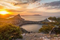 Meerblick bei Sonnenaufgang in den Bergen Stockfotos