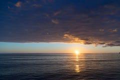 Meerblick bei Sonnenuntergang mit schwerem Sturm Stockfotos