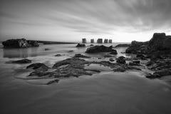 Meerblick der defekten Anlegestelle mit Himmel und Felsen stockfotos