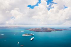 Meerblick der Nea Kameni-Vulkaninsel nahe der Santorini-Insel, Griechenland lizenzfreie stockbilder