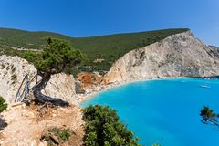 Meerblick des blauen Wassers Strandes Porto Katsiki, Lefkas, ionische Inseln, Griechenland lizenzfreie stockfotos