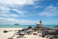 Meerblick des Himmels und des Strandes, der Meerjungfraustatue hat Stockfotografie