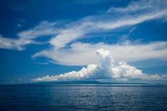 Meerblick die großen Wolken im Hintergrund die Inseln Stockbild