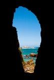 Meerblick durch Höhle Stockbild