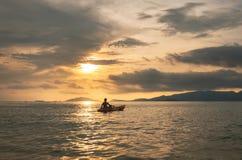 Meerblick, ein Kerl, der im Ozean im Sonnenuntergang in tropischem Ozean in Thailand, Reiseferien-Feiertagskonzepte Kayak fährt Lizenzfreie Stockfotografie