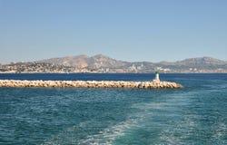 Meerblick an einem klaren sonnigen Tag: blaues Wasser des Mittelmeer- und Steinpiers Lizenzfreie Stockbilder