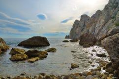 Meerblick, enorme Felsen im Meer und hohe Klippen auf dem Schwarzen Meer, Krim, Novy Svet Stockbild