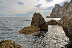 Meerblick, enorme Felsen im Meer und hohe Klippen auf dem Schwarzen Meer, Krim, Novy Svet Stockbilder