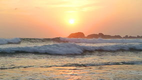 Meerblick in Hikkaduwa im Sonnenuntergang mit den Wellen, die den Strand spritzen stock video