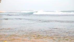 Meerblick in Hikkaduwa im Sonnenuntergang mit den Wellen, die den Strand spritzen stock video footage