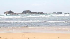 Meerblick in Hikkaduwa mit den Wellen, die den Strand spritzen Hikkaduwa ist für seine schönen Sandstrände berühmt stock video