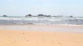 Meerblick in Hikkaduwa mit den Wellen, die den Strand spritzen Hikkaduwa ist für seine schönen Sandstrände berühmt stock footage