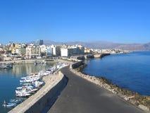 Meerblick, Kreta. Straße durch Hafen. Stockfoto
