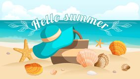 Meerblick, Meer, Strand, Strandtasche, Strandhut, Muscheln, Steine Entwerfen Sie Postkarte, Sonnendurchbruchtexthallo Sommer Vekt Stockbild