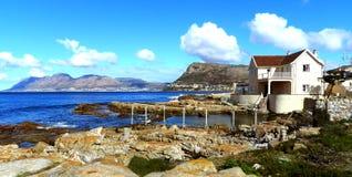 Meerblick mit Bergen lizenzfreies stockfoto