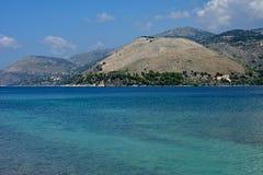 Meerblick mit blauem Meer und Bergen lizenzfreie stockfotos