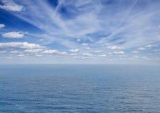 Meerblick mit deap blauen Ozeanwasser Stockfotos