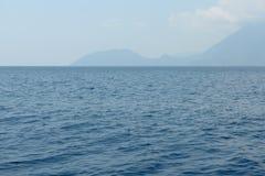 Meerblick mit dem ruhigen See und einer Insel auf Horizont die Türkei lizenzfreies stockbild