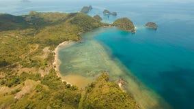 Meerblick mit der Küste und dem Strand stock video