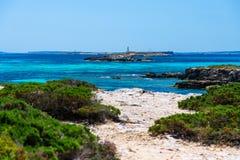 Meerblick mit einem Leuchtturm Ibiza, Spanien lizenzfreies stockfoto