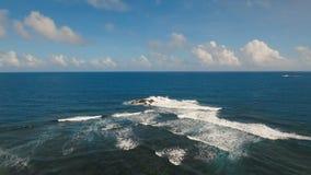 Meerblick mit Felsen und Wellen Catanduanes, Philippinen stock video footage