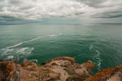 Meerblick mit Felsen und Wolken Stockbild