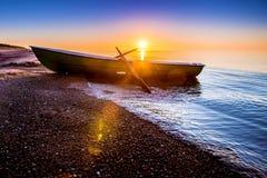 Meerblick mit Fischerboot stockfoto