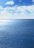 Meerblick mit funkelndem Wasser stockbilder