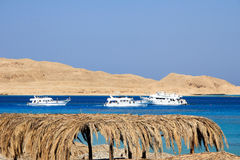 Meerblick mit Hügeln und Yachten mit gelbem Sand Lizenzfreie Stockfotografie