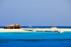 Meerblick mit Küste und Yachten mit gelbem Sand Stockbild