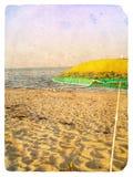 Meerblick mit Regenschirm. Alte Postkarte. Stockfotografie