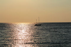 Meerblick mit ruhigem Wasser und Segelboot Lizenzfreie Stockfotos