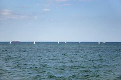 Meerblick mit Segelboot-, See- und Himmelhintergrund Stockbild