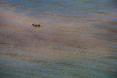 Meerblick mit traditionellem Boot des Fischers stockbilder