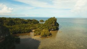 Meerblick mit Tropeninsel, Strand, Felsen und Wellen Bohol, Philippinen stock footage