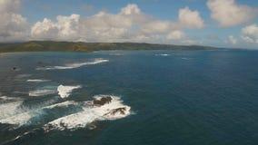 Meerblick mit Tropeninsel, Strand, Felsen und Wellen Catanduanes, Philippinen stock video footage