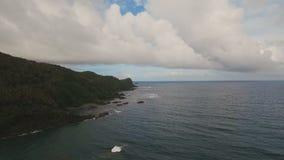Meerblick mit Tropeninsel, Strand, Felsen und Wellen Catanduanes, Philippinen stock video