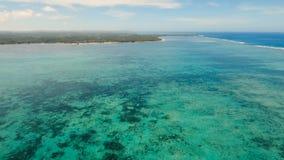 Meerblick mit Tropeninsel, Strand, Felsen und Wellen Siargao, Philippinen stock video