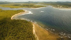 Meerblick mit Tropeninsel, Strand, Felsen und Wellen Siargao, Philippinen stock video footage