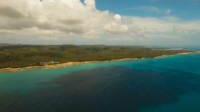 Meerblick mit Tropeninsel, Strand, Felsen und Wellen Siargao, Philippinen stock footage