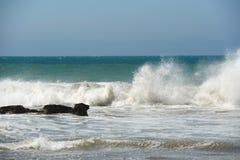 Meerblick mit Wellen und blauem Himmel Stockbilder