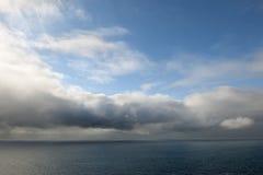 Meerblick mit Wolken und blauem Himmel Lizenzfreies Stockbild